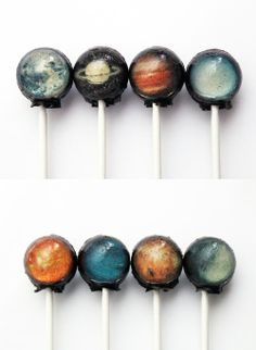 10 pieces of edible images planets lollipops. Sun, Mercury, Venus, Earth, Mars, Jupiter, Saturn, Uranus, Neptune and Pluto. The backs of these lollipops are black flecked with silver edible glitter that simulate stars.
