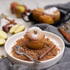 Bratapfel mit Apfelmus Füllung und Vollkorn Zimtbrösel von LAND-LEBEN Apple Desserts, Healthy Desserts, International Recipes, Creative Food, Tasty Dishes, Bagel, Doughnut, Good Food, Food And Drink
