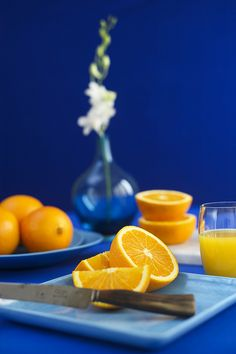 This image is an example of a complimentary color scheme with blue and orange being opposite on the color wheel. Contrast Photography, Fruit Photography, Color Photography, Photography Ideas, Photography Aesthetic, Photography Women, Travel Photography, Fashion Photography, Royal Blue Color