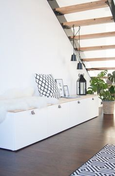 a besta storage module under the stairs that plays the role of banquette . - Ikea DIY - The best IKEA hacks all in one place Home Design, Diy Design, Interior Design, Hall Furniture, Ikea Furniture, Furniture Makeover, Furniture Ideas, Banquette Ikea, Tv Ikea