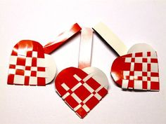 Fun craft to do with your kids - Danish woven paper heart baskets. You can use them to hold candy or put them as decoration in your Christmas/ Easter tree.