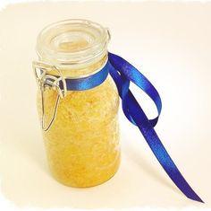 СКРАБ. 1  Апельсин, 4 ст ложки Соли, 1 ч ложку Оливкового масла, 1 ч ложку Масла персика, 5 капель эфирного масла Апельсина. Измельчаете в блендере апельсин вместе с кожурой, добавляете соль, перемешиваете. Добавьте оливковое, персиковое и эфирное масло. Перемешайте, упакуйте в стеклянную баночку. Наносите, массируя и оставьте на 10 мин. Смойте под душем, растирая все тело мочалкой. После применения смажьте тело увлажняющим кремом. Хранить 10/14 дней. Использовать 1-2 р. в неделю.