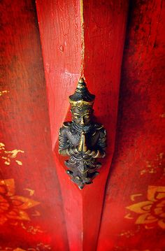 Buddha door handle, Chiang Mai, Thailandhttp://www.thaiwaysmagazine.com/chiang_mai/chiang_mai_how_to_get_there.html