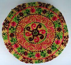 Oriëntaalse poef - poef beige met donkerrode, groene en roze bloemmotieven   Zitkussens - Poef   HippeSfeer