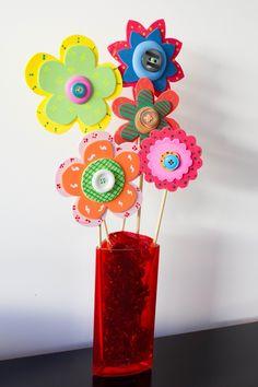 Estas flores tan alegres son muy fáciles de hacer, únicamente tienes que recortar la forma de las flores, pintarlas y decorarlas a tu gusto...