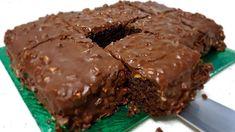 Αυτό το σοκολατένιο κέικ γίνεται σε χρόνο dt, έχει σοκολατένια γεύση και σίγουρα θα αρέσει σε όσους το δοκιμάσουν. ΥΛΙΚΑ Για το γλυκό: 220 γρ αλεύρι 30 γραμμάρια κακάο 10 γρ. Μπέικιν πάουντερ 130 γραμμάρια ζάχαρης 100 ml ελαιόλαδο 300 ml ζεστό νερό Για Greek Recipes, Diet Recipes, Baking Recipes, Romanian Food, Microwave Recipes, Healthy Baking, Sweet Tooth, Sweet Treats, Deserts