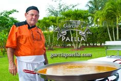 Chef Garcia will cook in front of you and your guests a delicious paella like he is doing in this birthday party.