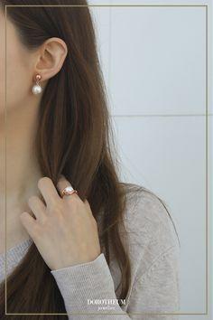 Die Kombination aus Perlen und Roségold macht diesen Schmuck zu einer Mischung aus zeitlos und modern. Perlenohrringe sind nicht nur eleganter Schmuck, sondern auch vielfältig: sie können mit fast allen Outfits und Stilen gepaart werden. Swarovski, Mode Blog, Elegant, Sweater Weather, Diamond Earrings, Women Jewelry, Rose Gold, Outfits, Beading Jewelry