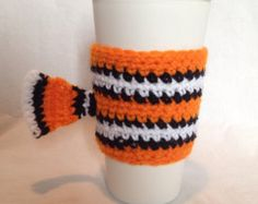 This is a crocheted coffee cup cozy that has been inspired by Disneys finding Nemo. It works great on hot or cold beverage cups. Crochet Coffee Cozy, Coffee Cup Cozy, Crochet Cozy, Crochet Gifts, Diy Crochet, Crochet Ideas, Yarn Projects, Crochet Projects, Coffee Cozy Pattern