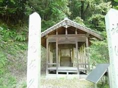 Yatsumote shinto(八ツ面神社) shrine in woods. There were green fields as far as the eye could reach. http://japan-temple-shrine.blogspot.jp/2013/04/old-and-small-shrine-yatsumote-shinto.html