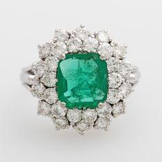 Damenring mit einem Smaragd guter Farbe und Qual. im Treppenschliff, sowie Diam.-Brill. zus. ca. 1,2