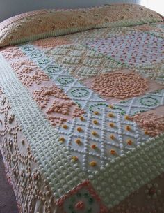 THE PRINCESS vintage chenille custom quilt by moreChenilleChateau Hd Vintage, Vintage Sheets, Vintage Wool, Vintage Textiles, Vintage Quilts, Vintage Linen, Chenille Bedspread, Bedspreads, Quilting Projects