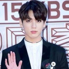 Who rocks black hair? Black Hair Kpop, Hair Color For Black Hair, Jeon Jeongguk, Bias Wrecker, Kpop Boy, Jikook, Seokjin, Boy Groups, Cool Hairstyles