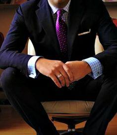 Traje azul marino corbata morada