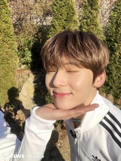 Dispatch Channel Vlive Update (JR take a photo) Kpop, Let's Talk About Love, Nu Est Minhyun, Nu'est Jr, Golden Child, Jiyong, Pledis Entertainment, Mingyu, Asian Boys