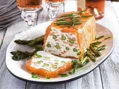 The Salmon and Asparagus Terrine with Cream Cheese recipe out of our category saltwater Fish! EatSmarter has over healthy & delicious recipes online. Smoked Salmon Terrine, Smoked Salmon Appetizer, Salmon And Asparagus, Cream Cheese Recipes, Eat Smarter, Clean Eating Snacks, Appetizer Recipes, Holiday Appetizers, Entrees