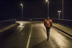 Ein Warnstreikender bei der Firma Ford wartet auf die anderen Warnstreik-Teilnehmer, die traditionell aus den anderen Werkhallen über die Brücke kommen. Nachts ein tolles Lichterspiel mit fackeln und Transparenten.