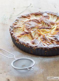 Tarta sueca de manzana / 3 huevos L, 120 ml de leche, 300 g de azúcar, 250 g de harina, 2 cucharaditas colmadas de levadura química, 50 g de mantequilla derretida, 3 manzanas, canela en polvo, azúcar glas para decorar.