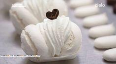 Le dosi, il procedimento ed i segreti per la realizzazione della meringa. Ecco la ricetta del maestro pasticcere Iginio Massari. Italian Desserts, Mini Desserts, Biscotti Biscuits, Bite Size Food, Sweet Corner, Small Cake, Macaroons, Cookie Bars, Cooking Time