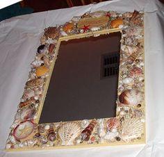 Gerahmte Spiegel decortated mit Muscheln.
