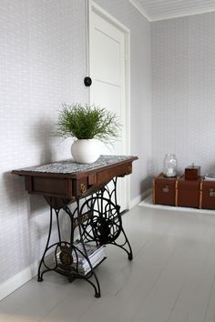 Ruokahuoneen nurkkaus, mustikanvarpuja maljakossa, sivupöytä. Side table, old sewing machine.