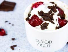 ¡Receta Nueva En El Blog!  Este mugcake de chocolate es uno de los postres más fáciles de hacer y es delicioso 😍 Karen y yo todavía estamos… Pudding, Chocolate, Desserts, Blog, Pastries, Recipes, Tailgate Desserts, Schokolade, Dessert