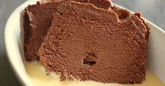 Un gâteau au chocolat sans cuisson sur une base de mousse au chocolat.