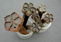 OUTILS ANCIENS - ART POPULAIRE :: Emporte-pièce fleurs artificielles