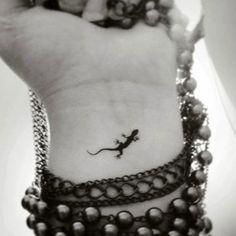 Small Tattoos on Wrist - Small Lizard Tattoo - Tiny Tattoo Ideas - Cute Tiny and Small Tattoos. Wrist, Ankle, Back, Finger, Small Tattoos. Gecko Tattoo, Hawaiianisches Tattoo, Lizard Tattoo, Tattoo Set, Tattoos Bein, Fake Tattoos, Cool Tattoos, Form Tattoo, Shape Tattoo
