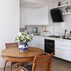 Nosso revestimento Maiorca fazendo toda a diferença na cozinha linda do @antonio_armando_arquitetura! ✨ Foto @mariana_orsi. #azulejo #cozinha #kitchen #decortiles
