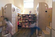 chambre deux enfants sous les combles aménagée avec deux lits mezzanine en bois dotés de rangements