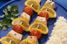 Brochettes au saumon, citron et tomates cerises