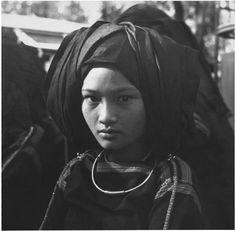 Femme Radé, Indochine, 1936 | Portrait d'une femme de l'ethnie Rhadé, à la tête couverte par la coiffe traditionnelle | Colomb, Denise
