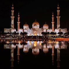 アラブ首長国連邦のアブダビに、シェイク・ザーイド・モスクという美しすぎるモスクがあることをご存知ですか?まるでアラジンの世界に迷い込んだような気持ちにさせてくれる幻想的な空間は一生に一度は行ってみたい場所。今回はそんなシェイク・ザーイド・モスクを紹介します。