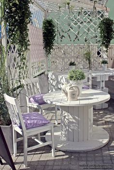 Using Pallets and Crates to Make the Cafe Garden...I like the trellis for privacy in our fishbowl backyard.