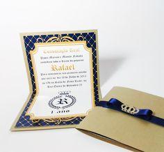 Convite Príncipe  Tamanho ABERTO  Altura: 19cm  Largura: 11cm  Parte interna em papel fotográfico glossy (com brilho)  Parte externa papel especial dourado  Fechamento com fita de cetim e aplique de coroa em papel  dourado.
