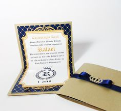 Convite Príncipe <br>Tamanho ABERTO <br>Altura: 19cm <br>Largura: 11cm <br>Parte interna em papel fotográfico glossy (com brilho) <br>Parte externa papel especial dourado <br>Fechamento com fita de cetim e aplique de coroa em papel <br>dourado.