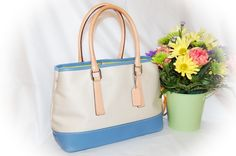 """¸¸.•*¨*•*´¨)                                         ¸.•´¸.•*´¨) ¸.•*¨) (¸.•´ (¸.•` ¤.....Authentic COACH HAMPTON  A2J-7771   Tan over Blue Canvas Leather Trimmed Carry All Tote Shoulder Bag  .......It is in Excellent Condition.  ✔  It is Medium in Size. ( Dimensions: 12"""" x 8"""" x 4.5"""" ) ✔  The Strap Drop is 6"""" ✔  Interior: Fully lined in Apple Green ✔  Interior Pockets: 1 Zip close security pocket, 1 Large slip pocket ✔  Sides are gusseted and can be let out for extra room   Exterior ..."""