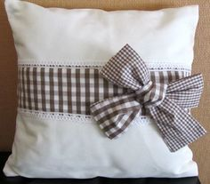 Pretty pillow with a bow Cute Pillows, Diy Pillows, Handmade Pillows, Decorative Pillows, Throw Pillows, Fabric Crafts, Sewing Crafts, Sewing Projects, Cushion Covers