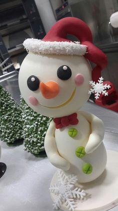 Pupazzo di neve in cioccolato Omar Busi Chocolate Showpiece, Chocolate Art, Christmas Chocolate, Chocolate Gifts, Christmas Shows, Christmas Deco, Xmas, Christmas Crafts, Chocolate Template