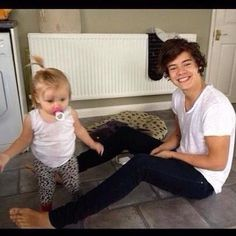 harry styles harry and lux harry and baby luz baby lux one direction . Harry Styles Lindo, Harry Styles Cute, Harry Styles Photos, Harry Edward Styles, Harry Styles With Baby, Harry Styles Imagines Darcy, Baby Lux, Liam Payne, Luke Hemmings