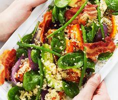 Vacker sallad med quinoa och rostade rotfrukter. En riktigt färg- och smakrik sallad som är perfekt att bjuda på till sommarlunch. Till salladen serverar du knaperstekt bacon och glutenfritt bröd.