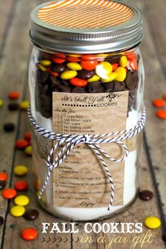 Cookies in a Jar Gift + 12 Fall Printables Fall Cookies in a Jar Gift - so cute, easy and inexpensive! { }Fall Cookies in a Jar Gift - so cute, easy and inexpensive! Mason Jars, Mason Jar Meals, Mason Jar Gifts, Meals In A Jar, Gift Jars, Jar Food Gifts, Canning Jars, Mason Jar Cookie Recipes, Mason Jar Cookies
