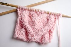 Tout nos points tricot / crochetTiny Window Cat Free Knitting Pattern Le South Bay Shawlette – Le grand . Cable Knitting, Knitting Charts, Knitting Stitches, Free Knitting, Cable Needle, Crochet Beanie, Crochet Baby, Knitted Hats, Knit Crochet