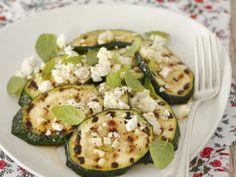 Zucchini vom Grill mit Schafskäse ist ein Rezept mit frischen Zutaten aus der Kategorie Blütengemüse. Probieren Sie dieses und weitere Rezepte von EAT SMARTER!