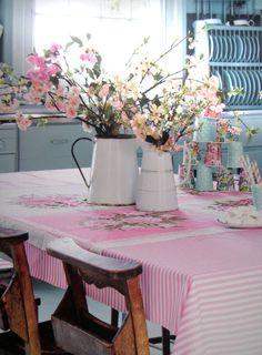 .centre de table pichets en émail rose et blanc