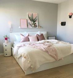 Another more feminine green and white bedroom Bedroom Decor Grey Pink, Teen Room Decor, Small Room Bedroom, Home Bedroom, Hm Home, Teen Bedroom Designs, My New Room, House Rooms, Home Decor Inspiration