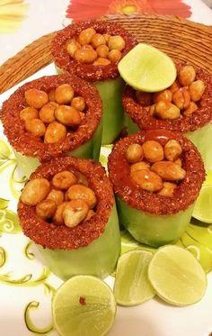 Para ésta solo necesitas quitarle el relleno a unos pepinos, escarcharlos con limón y chile piquín y meterles cacahuates japoneses con las salsas de tu elección.