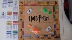 Harry Potter et le jeu du Monopoly Cadeau Harry Potter, Harry Potter Monopoly, Harry Potter Classroom, Anniversaire Harry Potter, Theme Harry Potter, Harry Potter Diy, Paper Gifts, Diy Paper, Harry Potter Enfants