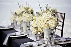 belle table ornée de beaux vases avec des fleurs